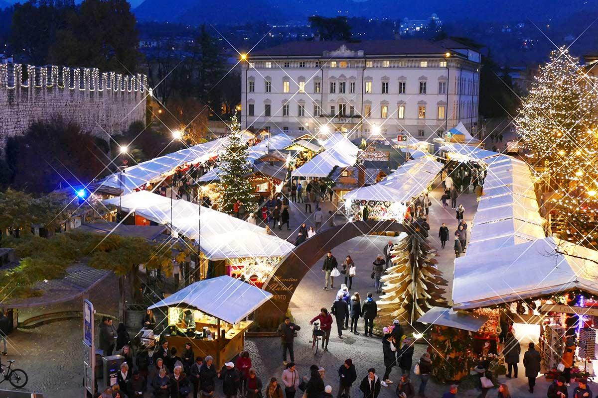 Il Mercatino di Natale di Trento è aperto da domenica a giovedì dalle 10.00 alle 19.30; venerdì e sabato dalle 10.00 alle 20.30. Sabato 14 dicembre 2019 e sabato 4 gennaio 2020 è aperto dalle 10 alle 23; il 26 dicembre 2019, l'1 e il 6 gennaio 2020 dalle 10.00 alle 19.30. Chiuso solo il giorno di Natale.